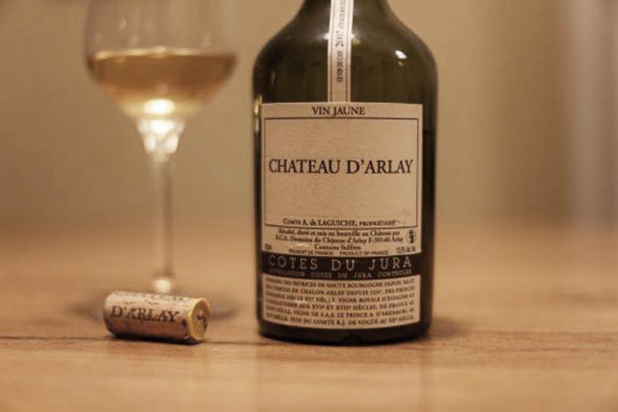 Der Vin Jaune wird traditionell in 625ml fassenden Clavelin-Flaschen abgefüllt