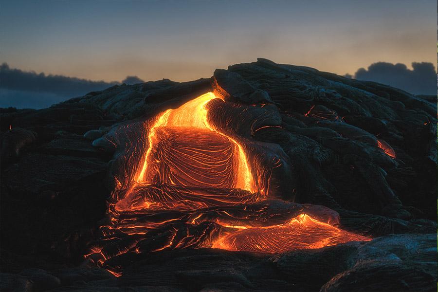 Lavafluss bei einbrechender Dunkelheit