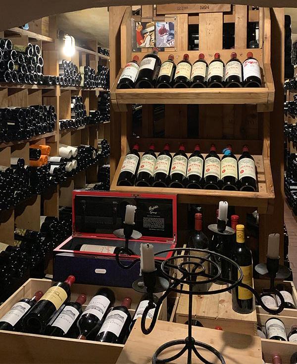 Lagerraum mit Weinflaschen