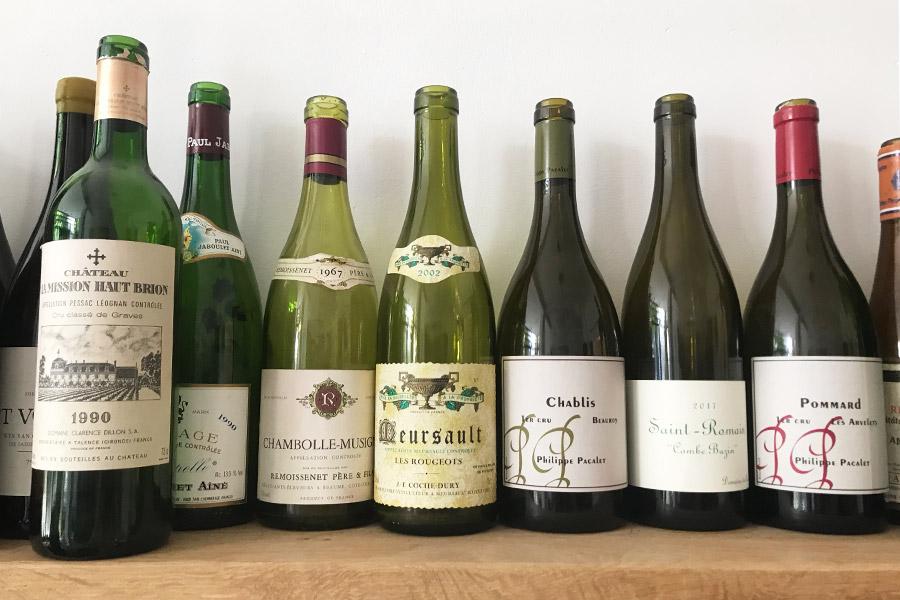 Leere Flaschen von namhaften Winzern aus dem Burgund