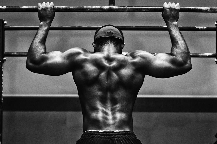 Mann mit Muskeln und angespanntem Bizeps