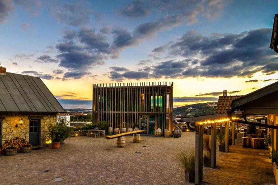 Der Blick auf die Vinothek und Restaurant Reiser